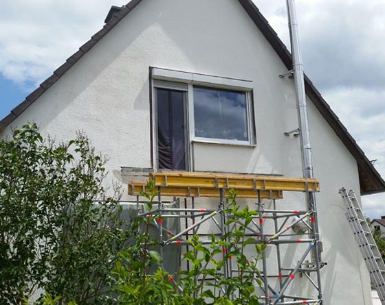 Gebäude wird mit Gerüst auf Abstützarbeiten vorbereitet.